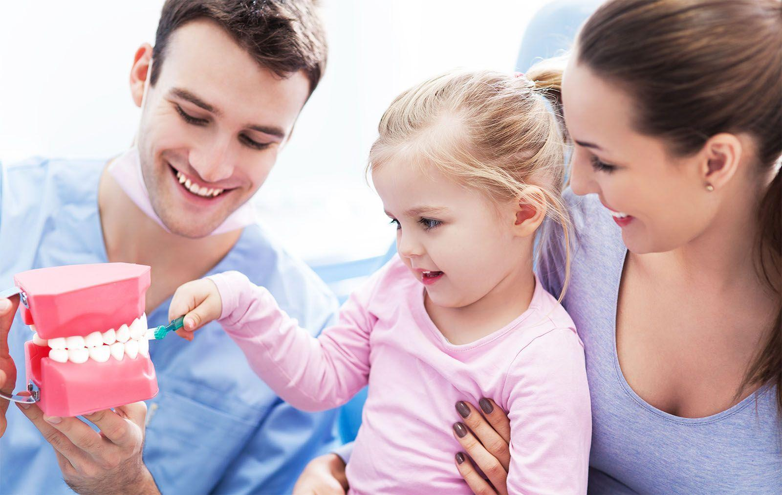 Niña con mama en el dentista