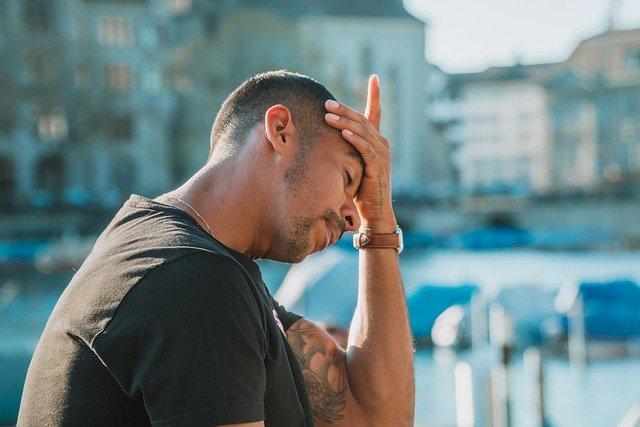 hombre con dolor de cabeza por estrés